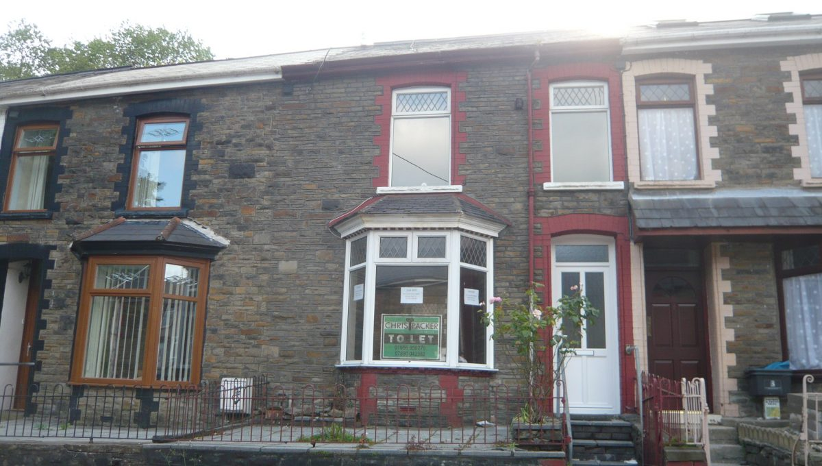 15 Gorwyl Road, Ogmore Vale - Front